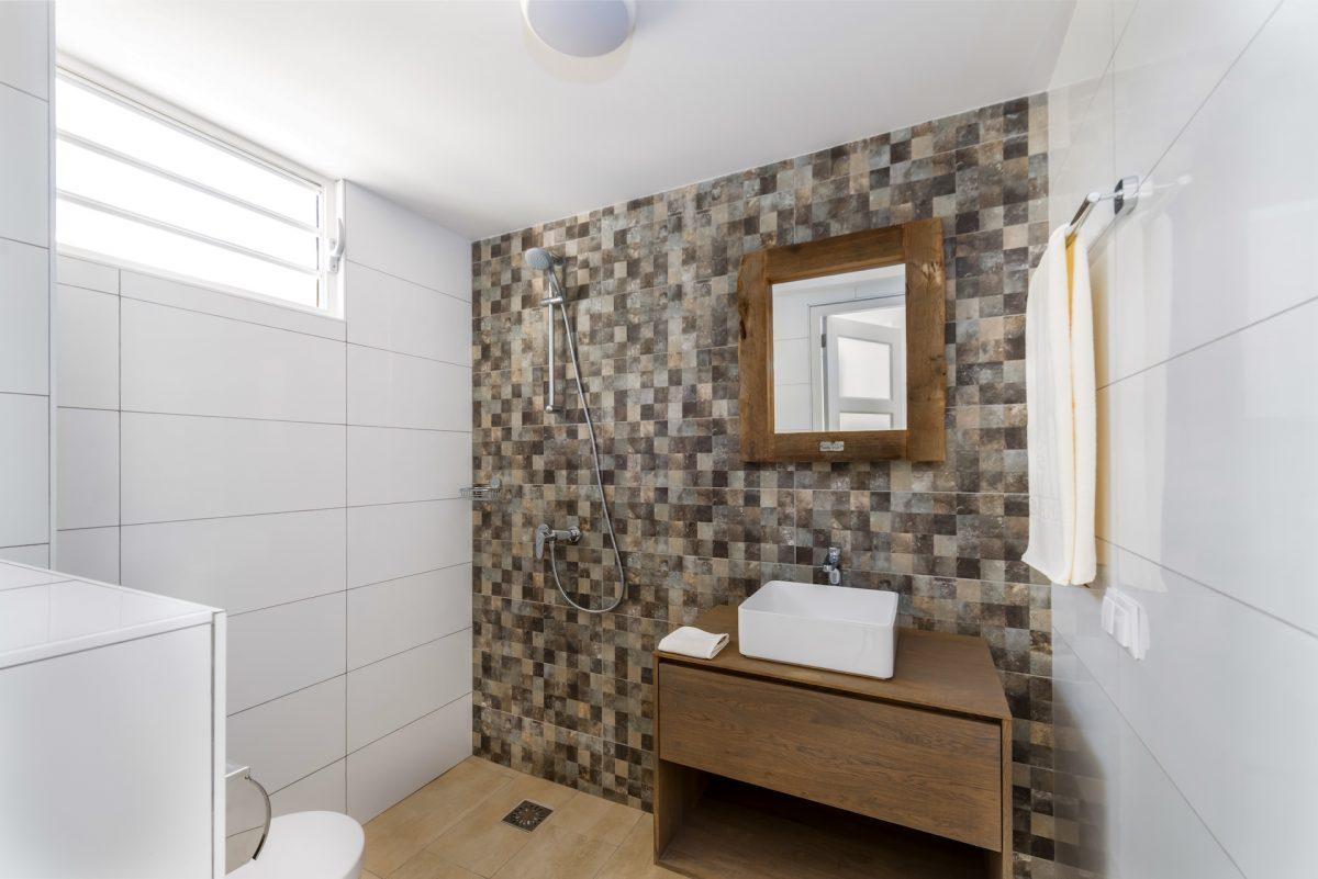Delfins Beach Resort Bonaire's studio bathroom